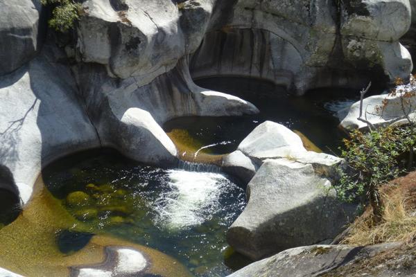Las mejores piscinas naturales del mundo for Piscina natural los pilones
